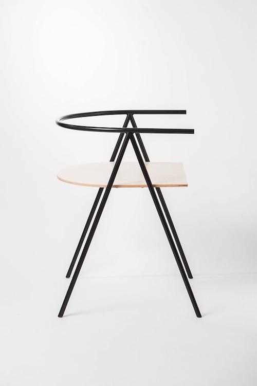 Na wystawie między innymi: Krzesło A1 Projekt: Łukasz Fragstein / Michał Latko Lekki i dyskretny produkt, którego motywem przewodnim jest typografia. Strukturalnie zaokrąglona i wzmocniona powierzchnia jest silna, ale wystarczająco elastyczna, aby zapewnić komfort użytkowania.